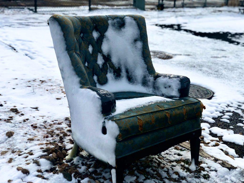 Comment recouvrir un fauteuil en tissu abîmé ?